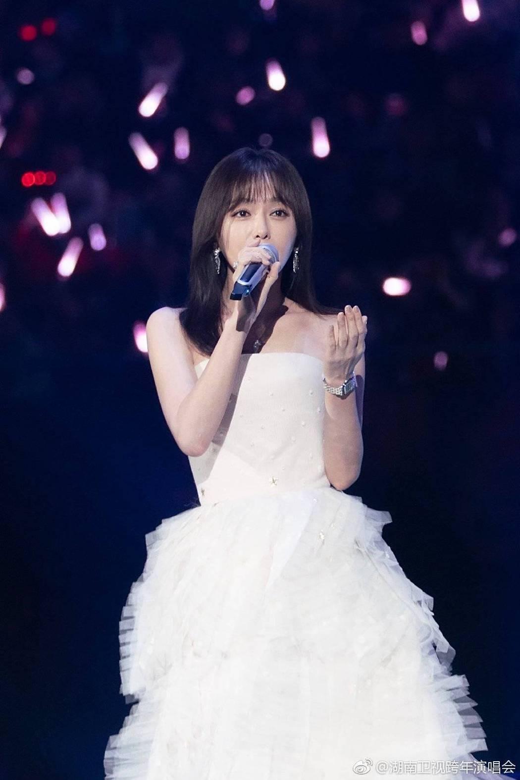 秦嵐演唱「雪落下的聲音」。圖/摘自微博