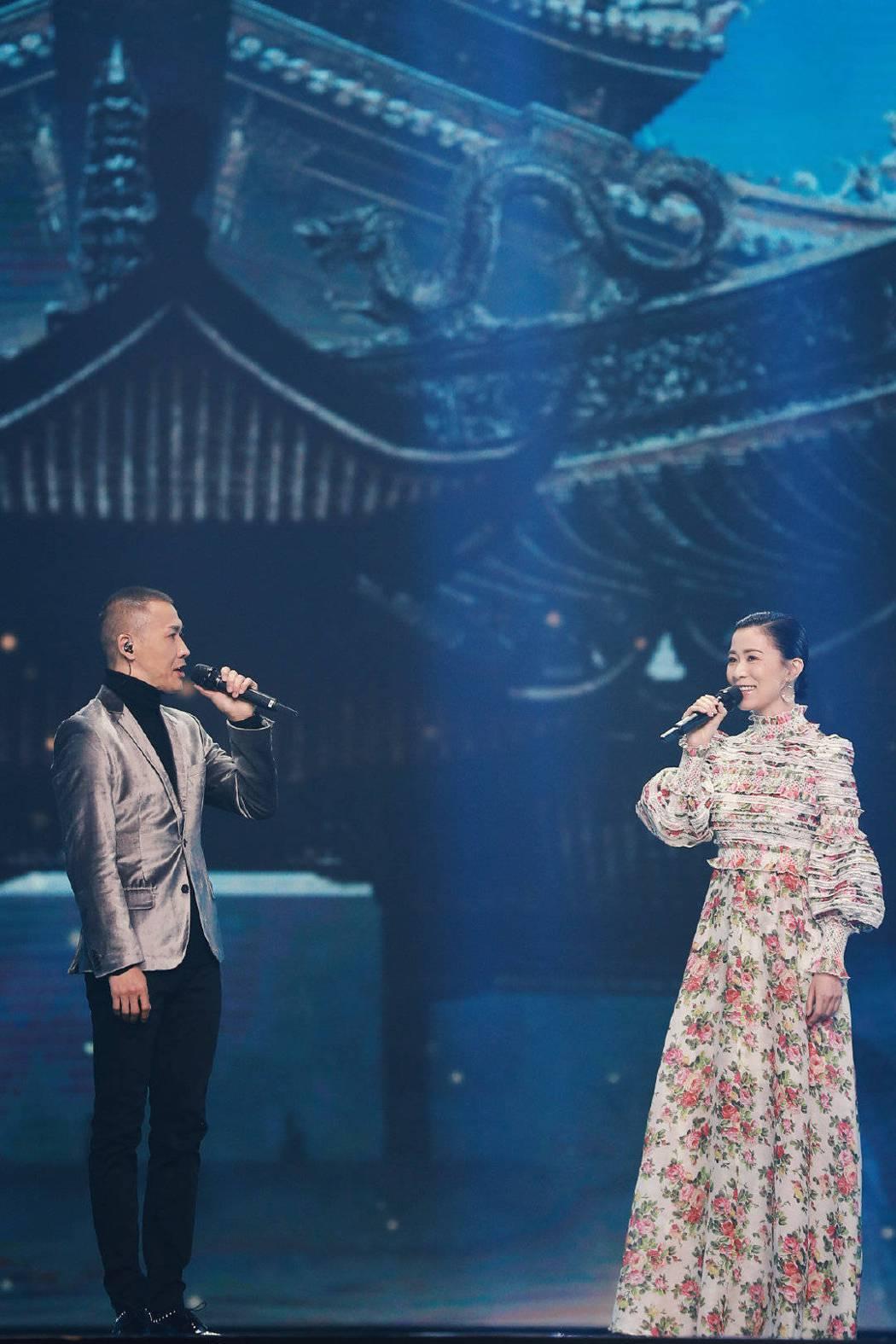 聶遠(左)與佘詩曼合唱。圖/摘自微博
