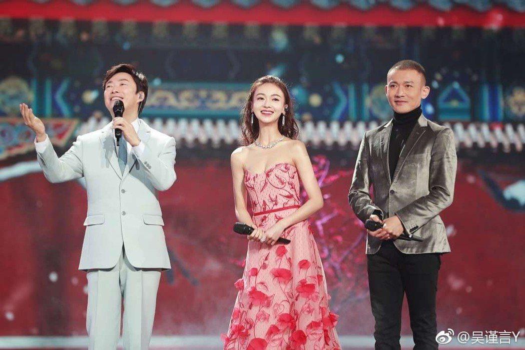 聶遠(右起)、吳謹言、費玉清合唱「雪落下的聲音」。圖/摘自微博