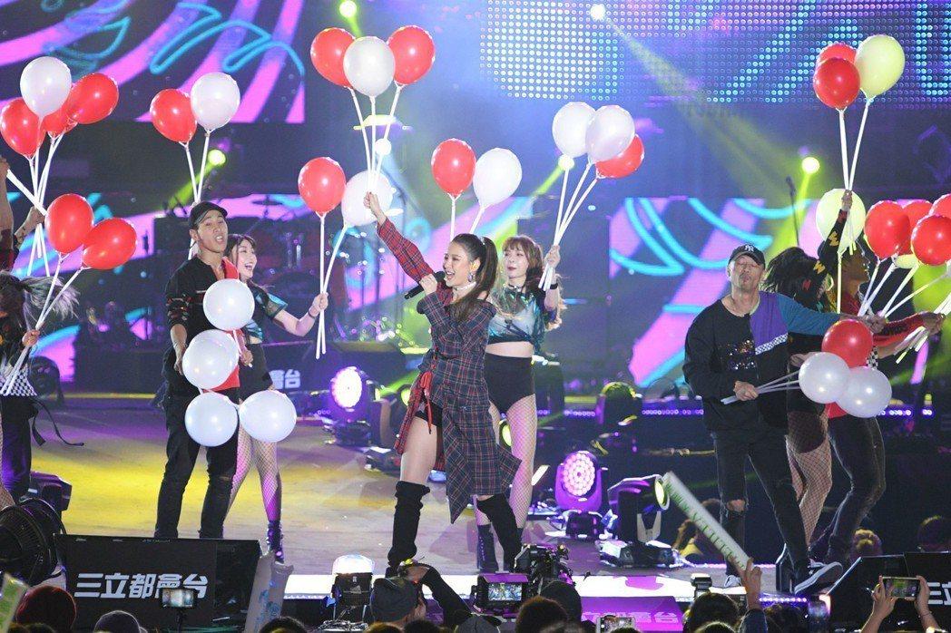 安心亞(前)在台中跨年開心發送氣球。圖/三立提供