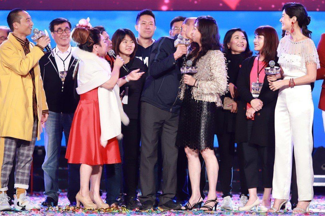 韓國瑜(中)親老婆臉頰。圖/民視提供