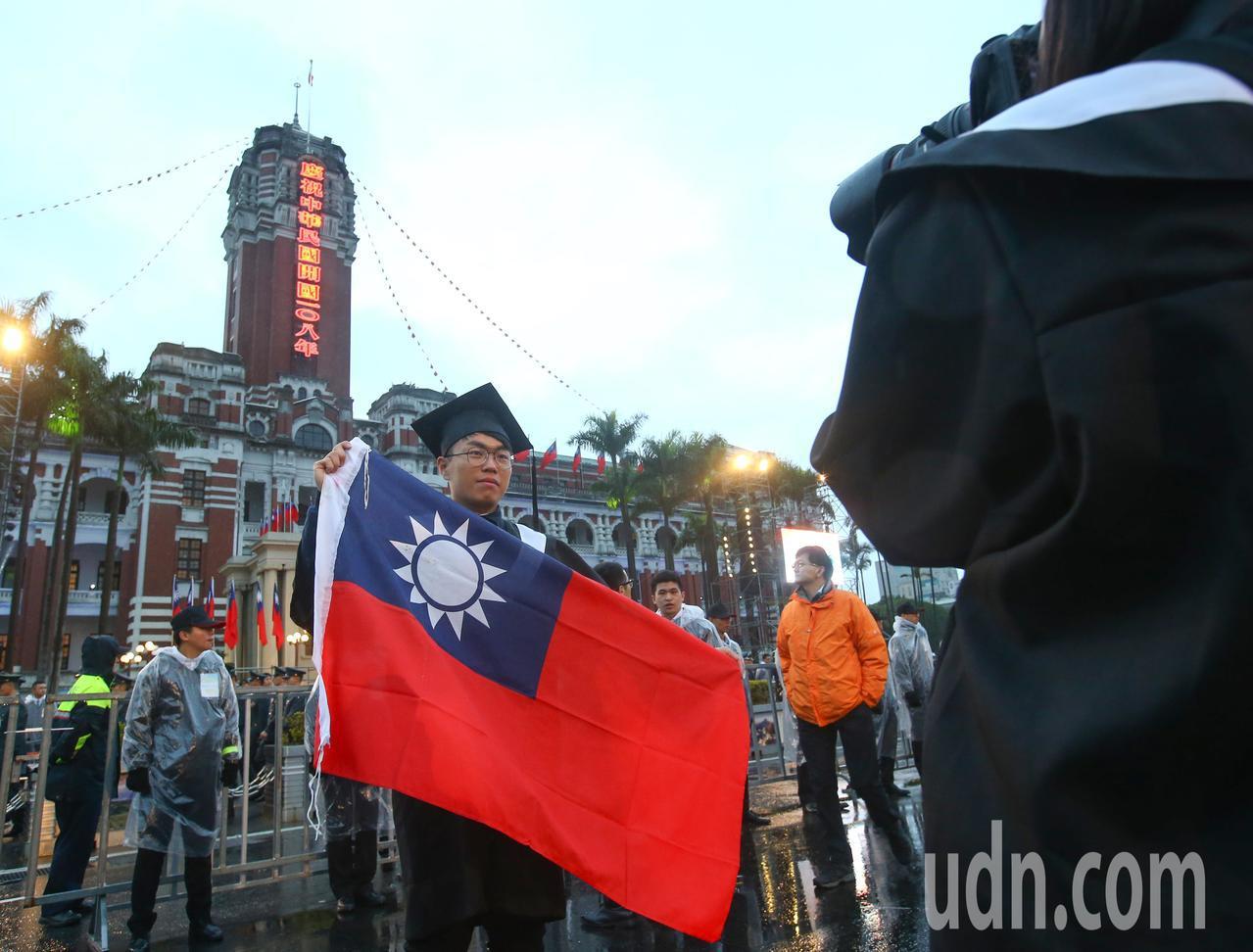 總統府元旦升旗活動在清晨六點三十分正式開始,民眾不畏寒風和細雨熱情參與。記者陳柏...