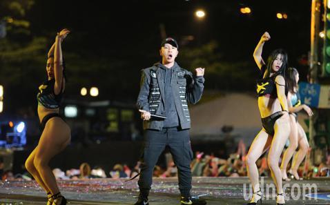 台北最High新年城2019跨年晚會,在倒數過後由饒舌樂團頑童演唱,他們也是新的一年率先在府前演唱的團體。