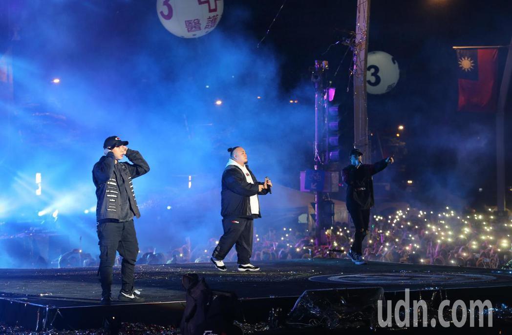 台北最High新年城2019跨年晚會,饒舌樂團頑童在新的一年演唱。記者許正宏/攝...