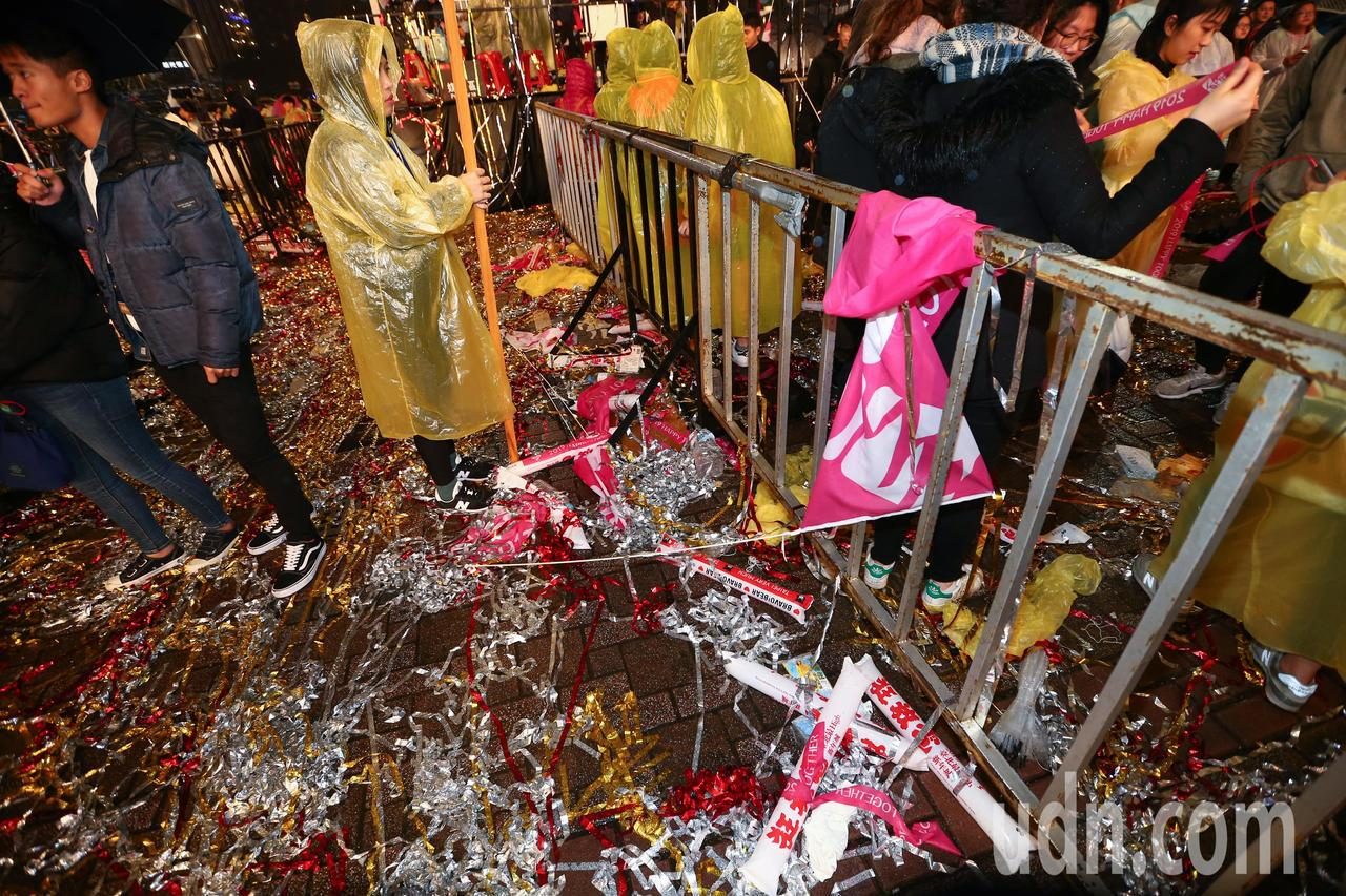 台北跨年晚會落幕後,市政府前留下大量的圾垃。記者葉信菉/攝影