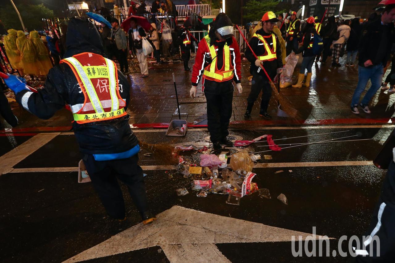 台北跨年晚會落幕後,市政府前留下大量的圾垃,清潔人員趕緊做整理。記者葉信菉/攝影