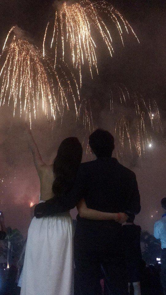 賴琳恩、陳乃榮在跨年煙火下擁吻。圖/摘自臉書