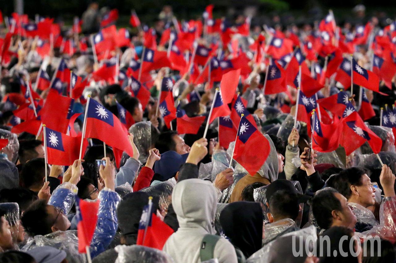 2019年元旦升旗典禮清晨在總統府前舉行,許多民眾無謂濕冷天氣,一同揮舞國旗參與...