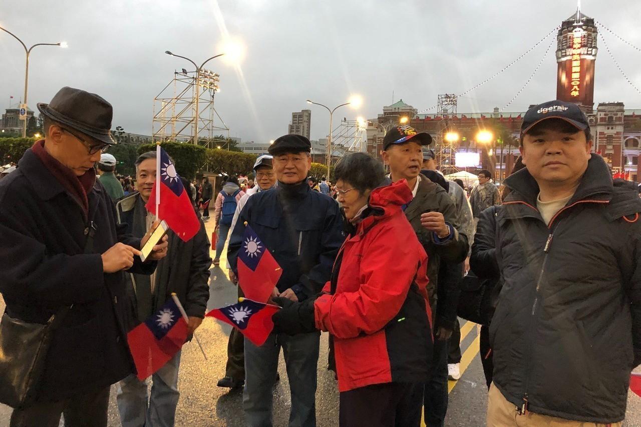 行政院前院長毛治國(左三)到總統府參與升旗活動。記者張文馨/攝影