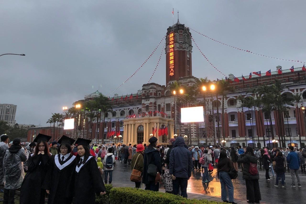 民眾到總統府前參與升旗典禮,並拍照留念。記者張文馨/攝影
