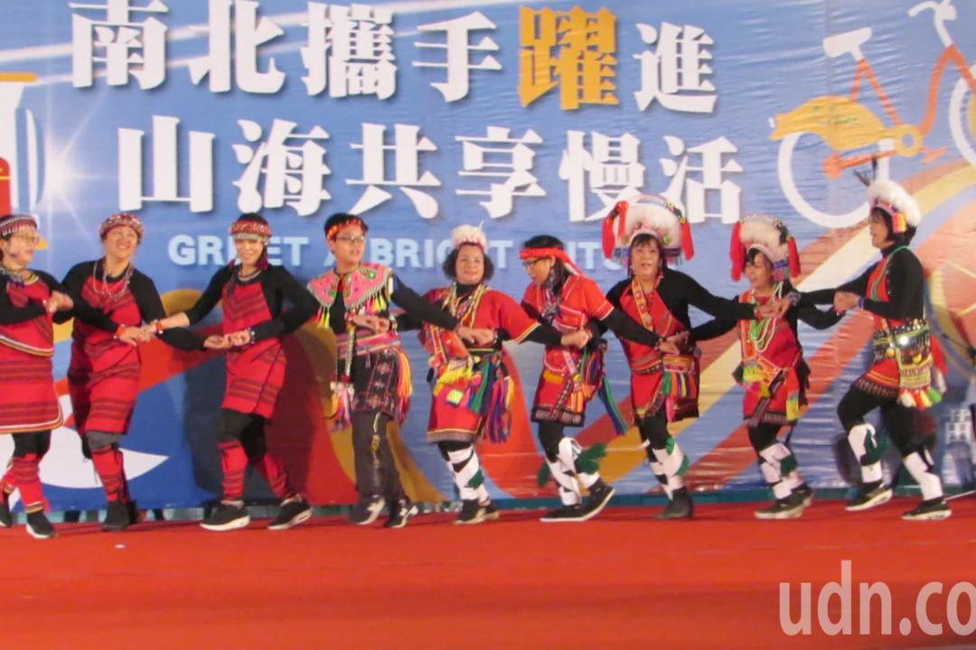 苗栗縣升旗典禮安排表演節目,山風樂舞團代表原住民族群。記者范榮達/攝影