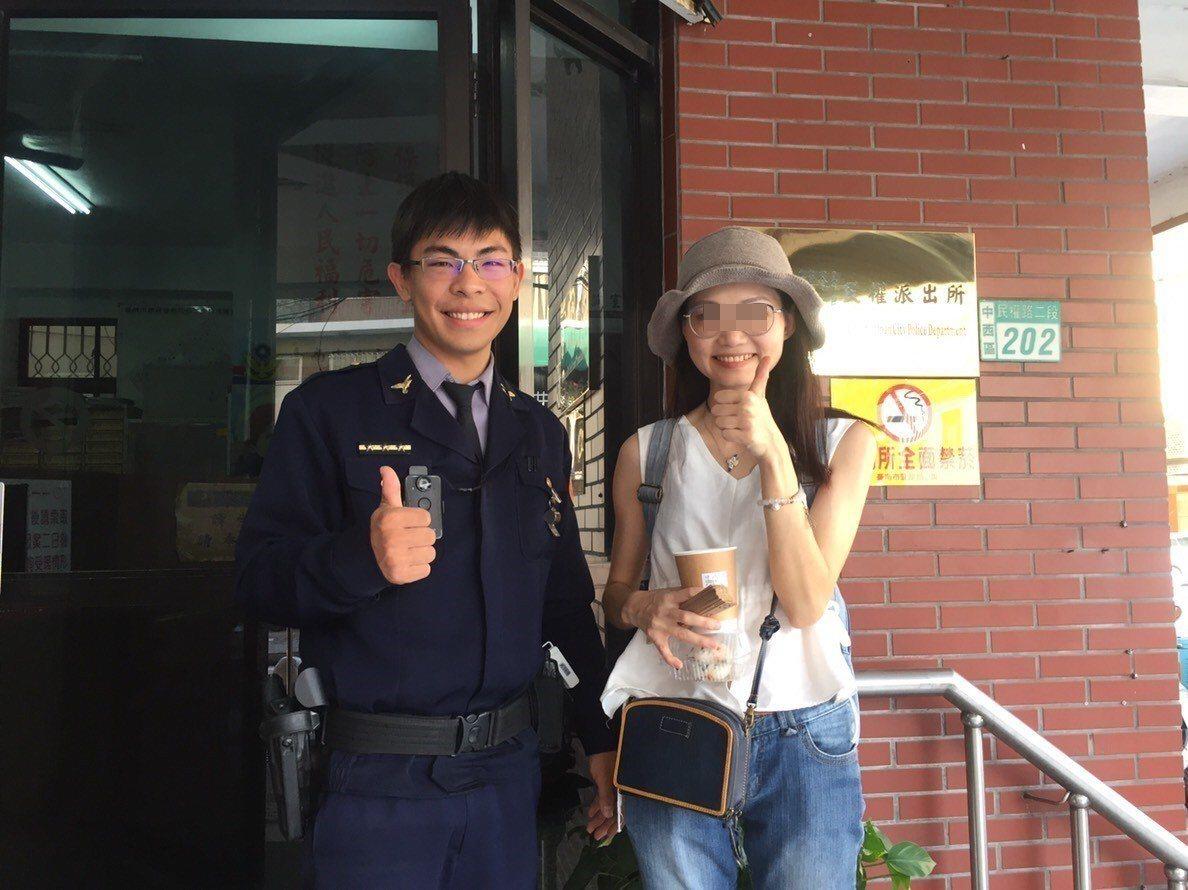 民權派出所警員曾智揚(左)熱心協助香港女遊客找回背包。記者黃宣翰/翻攝