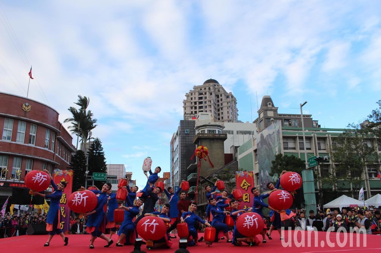 新竹市府升旗典禮今天上午8時開始,由新竹女中儀隊與欣蕾舞團開場。記者張雅婷/攝影