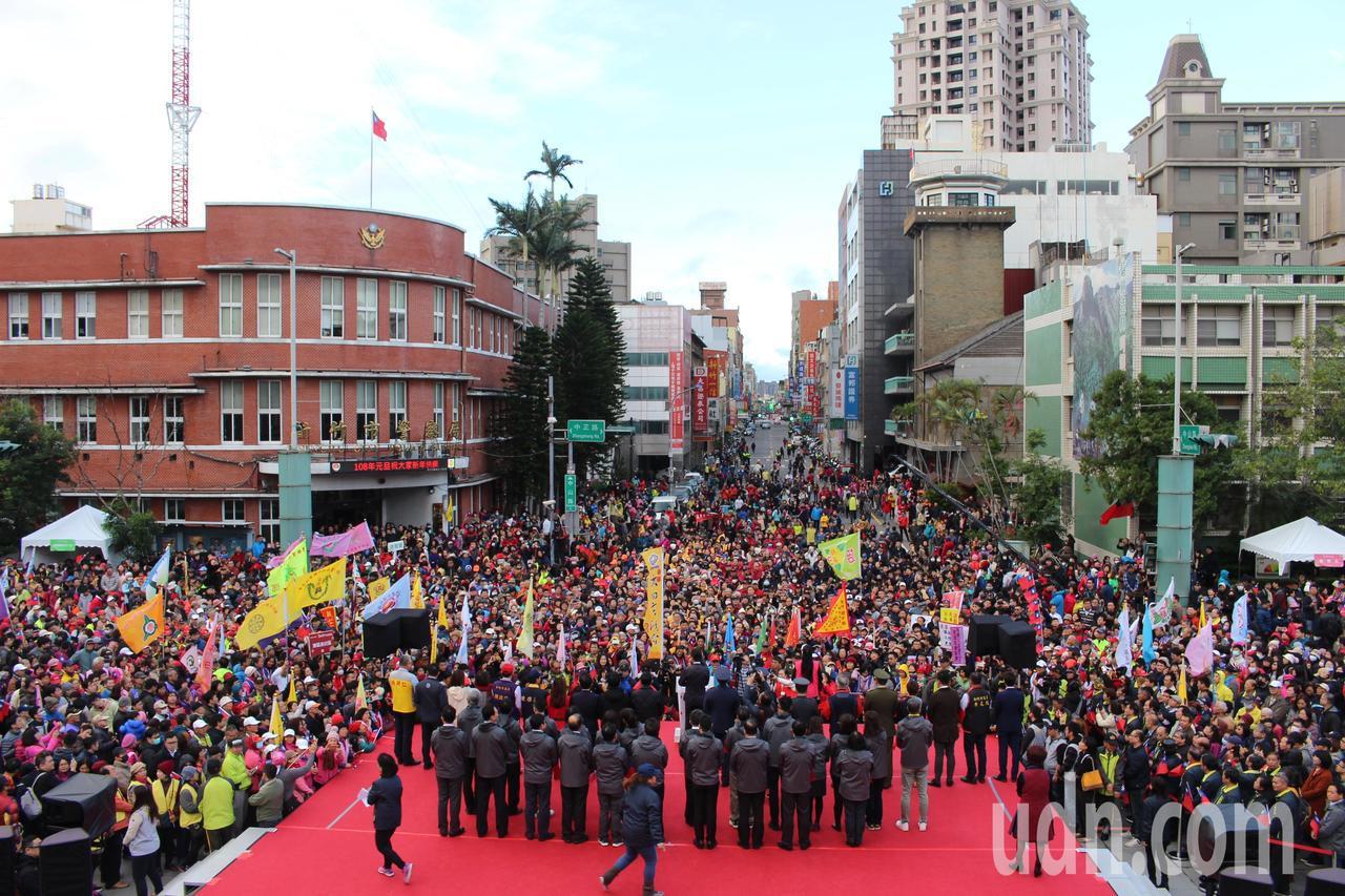 新竹市府升旗典禮今天上午8時開始,今天除了有新竹女中儀隊與欣蕾舞團開場演出,也是...