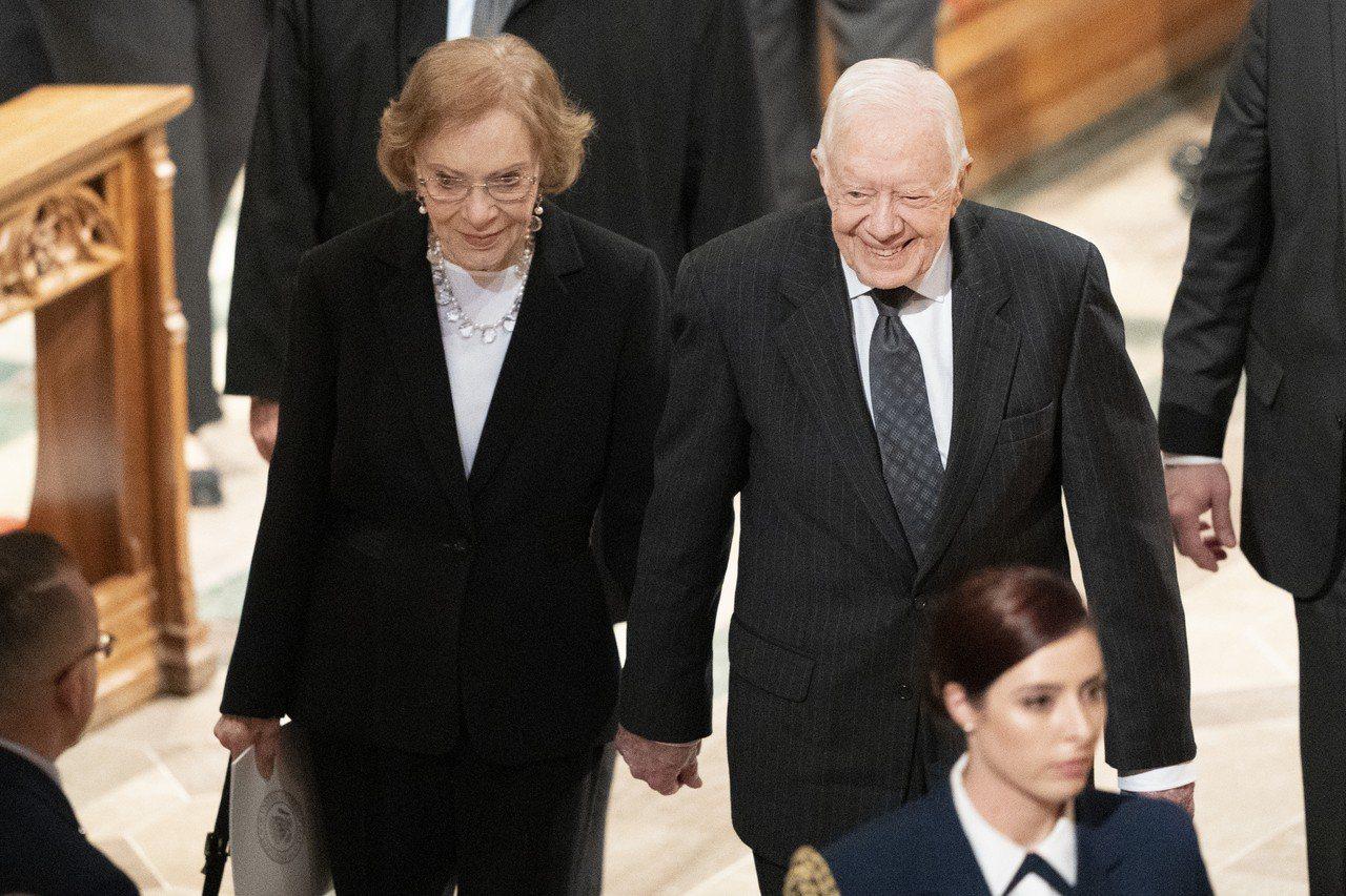 美國前總統卡特夫婦去年12月5日參加前總統老布希的國喪。美聯社