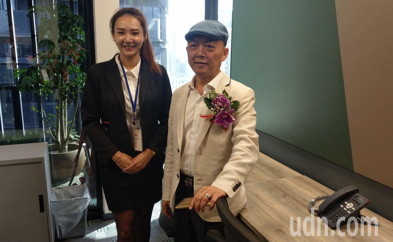 台商王崑霖(右)在台中推出共享辦公室概念的商務中心,共享倉儲、藝文空間、會議室及...