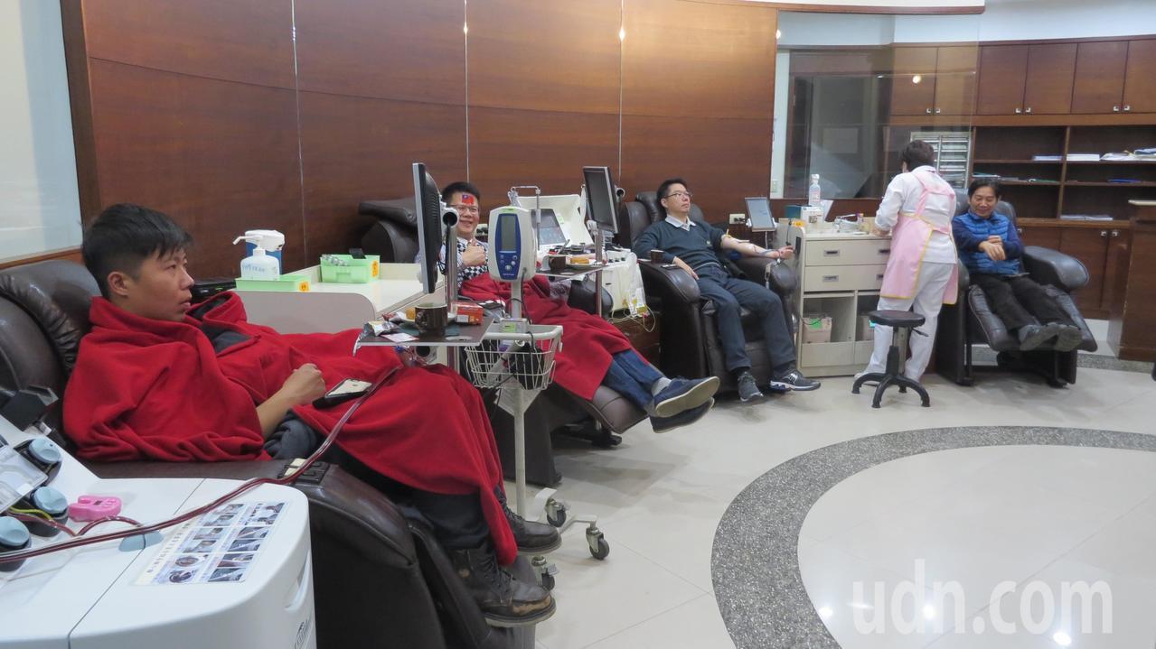 今天是元旦,新竹捐血中心苗栗捐血站捐血人絡繹不絕。記者范榮達/攝影