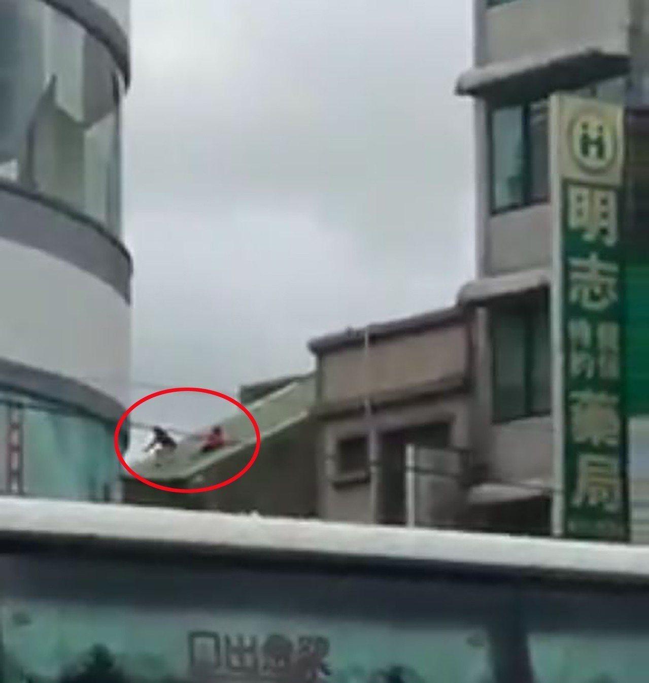 2名女童昨天下午在3樓鐵皮斜屋頂玩溜滑梯,嚇壞一堆人。圖/擷自臉書「竹南大小事」