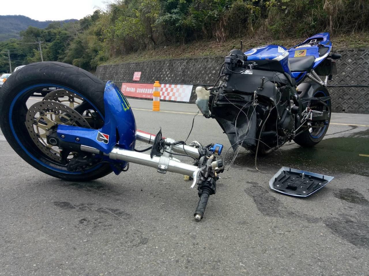 42歲王姓男子今天上午騎大型重型機車在台3線自摔嚴重,車頭及車身分離。記者范榮達...