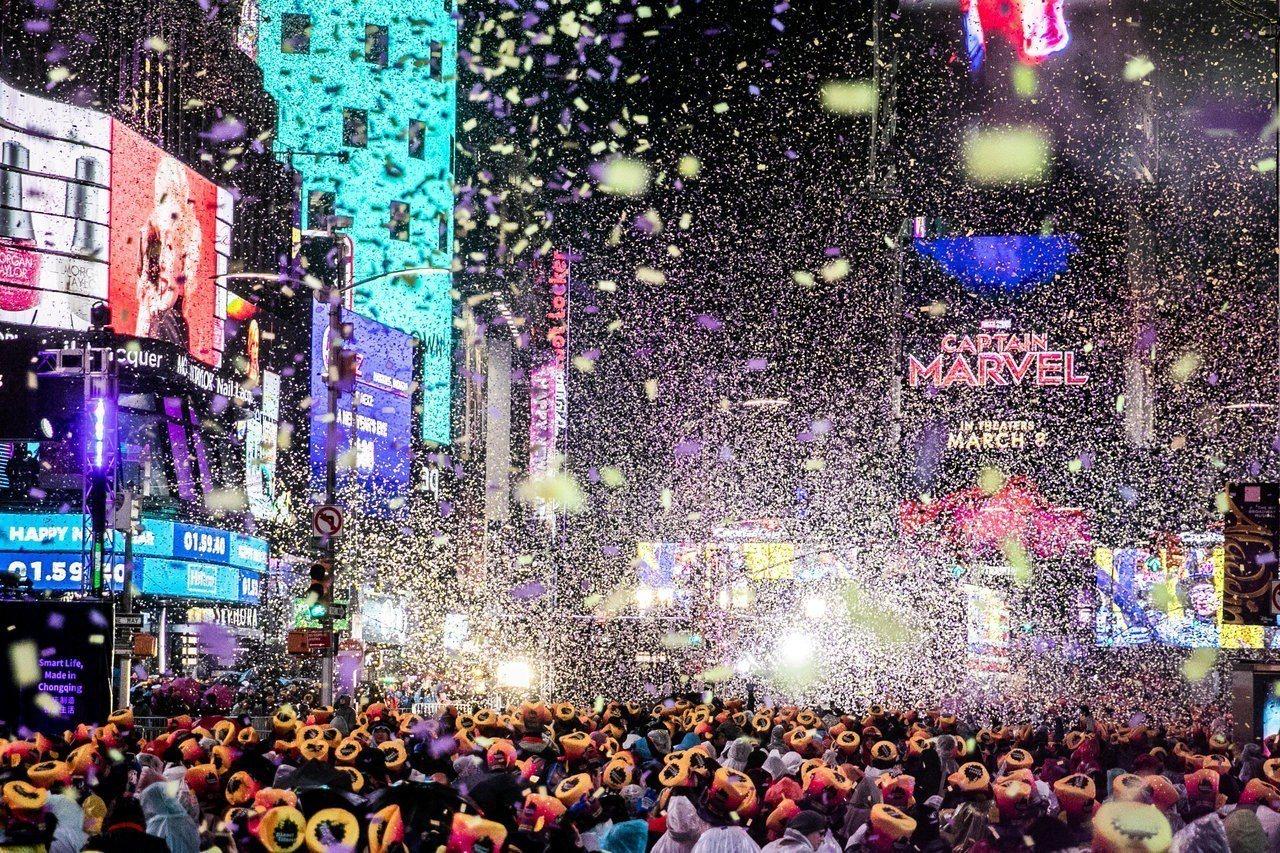 大雨未澆息守候在紐約時報廣場迎接新年的狂歡人群熱情。路透