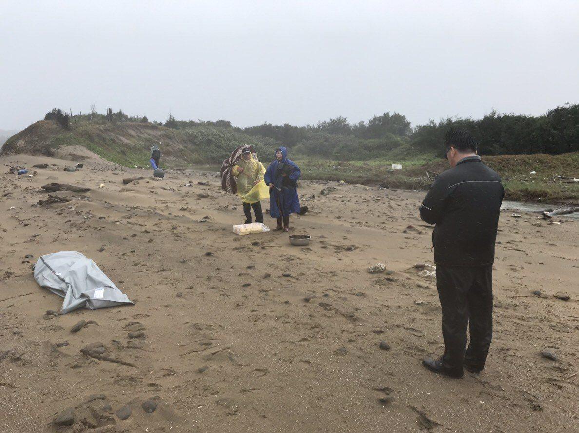 李姓兄弟檔漁民昨天落海失蹤,第八岸巡隊今天在岸邊尋獲弟弟的遺體。記者林昭彰/翻攝