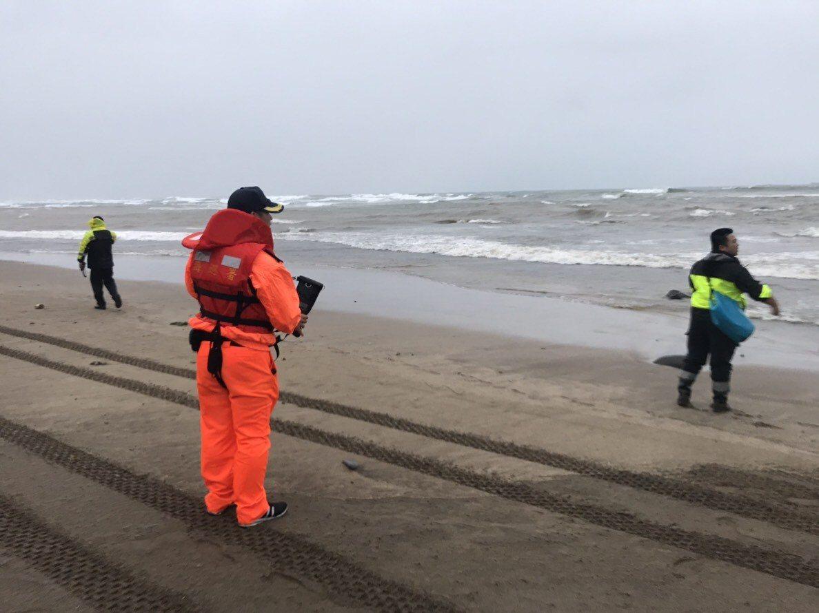 李姓兄弟檔漁民昨天落海失蹤,今天在岸邊尋獲弟弟的遺體。記者林昭彰/翻攝