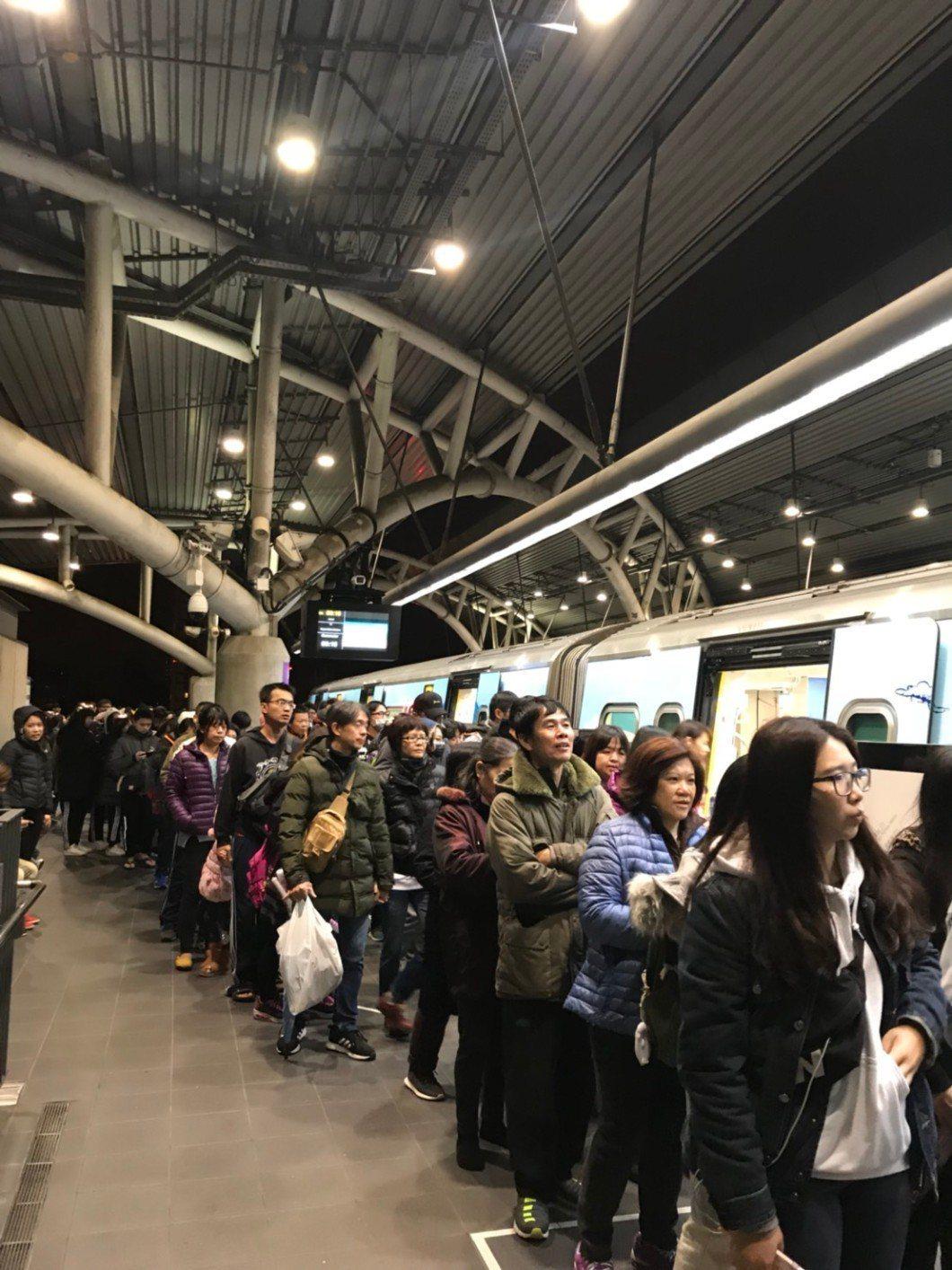 桃園機場捷運迎接2019年,昨天跨年夜首度實施營運不收班,全線單日總運量達到10...