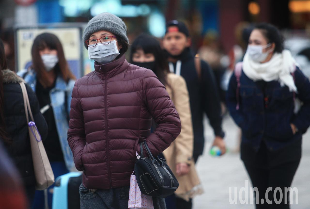 台北氣溫低,民眾紛紛裹上厚重冬衣出門。記者陳正興/攝影