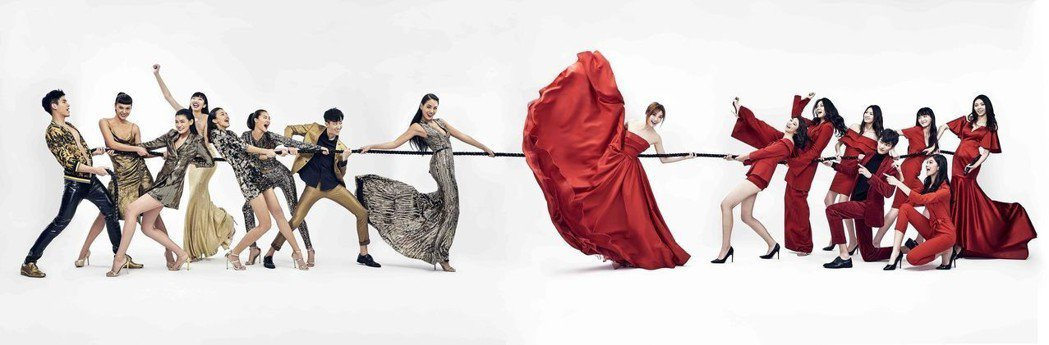 蔡淑臻(右)、王麗雅偕伊林模特兒拉吉祥繩結賀新年。圖/伊林提供