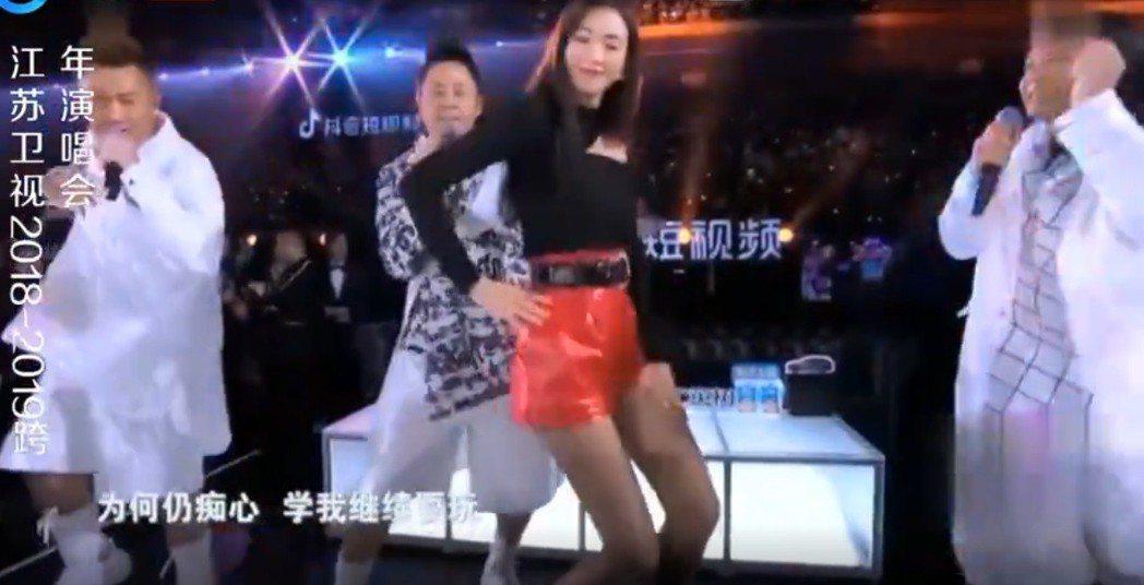 林志玲在跨年晚會與草蜢大跳「忘情森巴舞」。圖/翻攝自YouTube