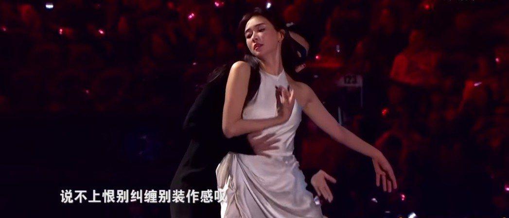 林志玲女神般的舞蹈動作贏得觀眾叫好。圖/翻攝自YouTube
