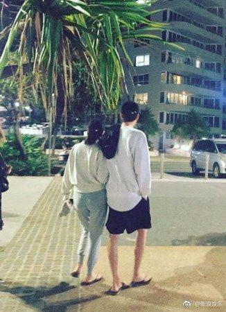 金宇彬與女友新慜娥被目擊於澳洲度假,2人身穿同色系情侶裝,勾手放閃。圖/摘自新浪