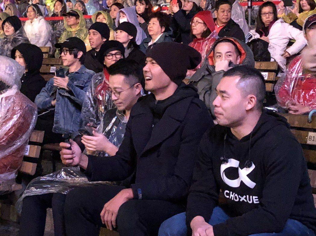 汪小菲(左)、黑人(中)在台下支持。記者林士傑/攝影
