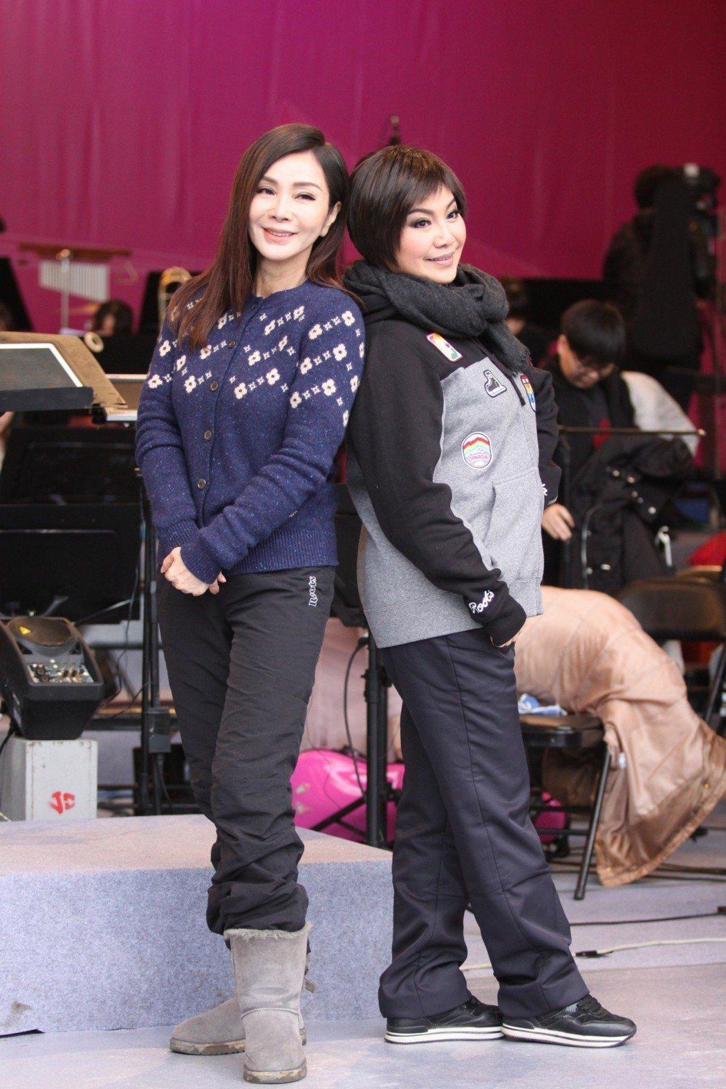 陳美鳳和唐美雲包緊緊練唱。圖/民視提供