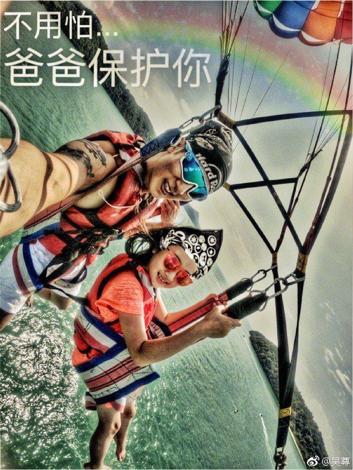 吳尊帶女兒玩海上拖曳傘,飆飛到離海面約30層樓高的高空。圖/摘自微博