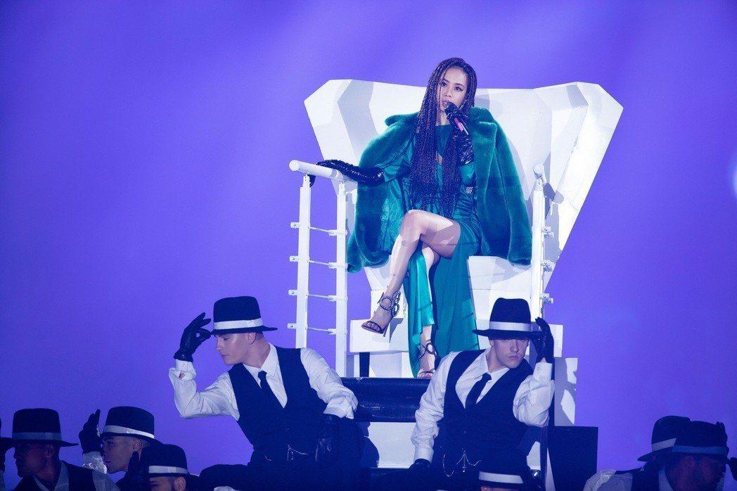 蔡依林在江蘇衛視跨年晚會首唱新歌「怪美的」。圖/索尼唱片提供