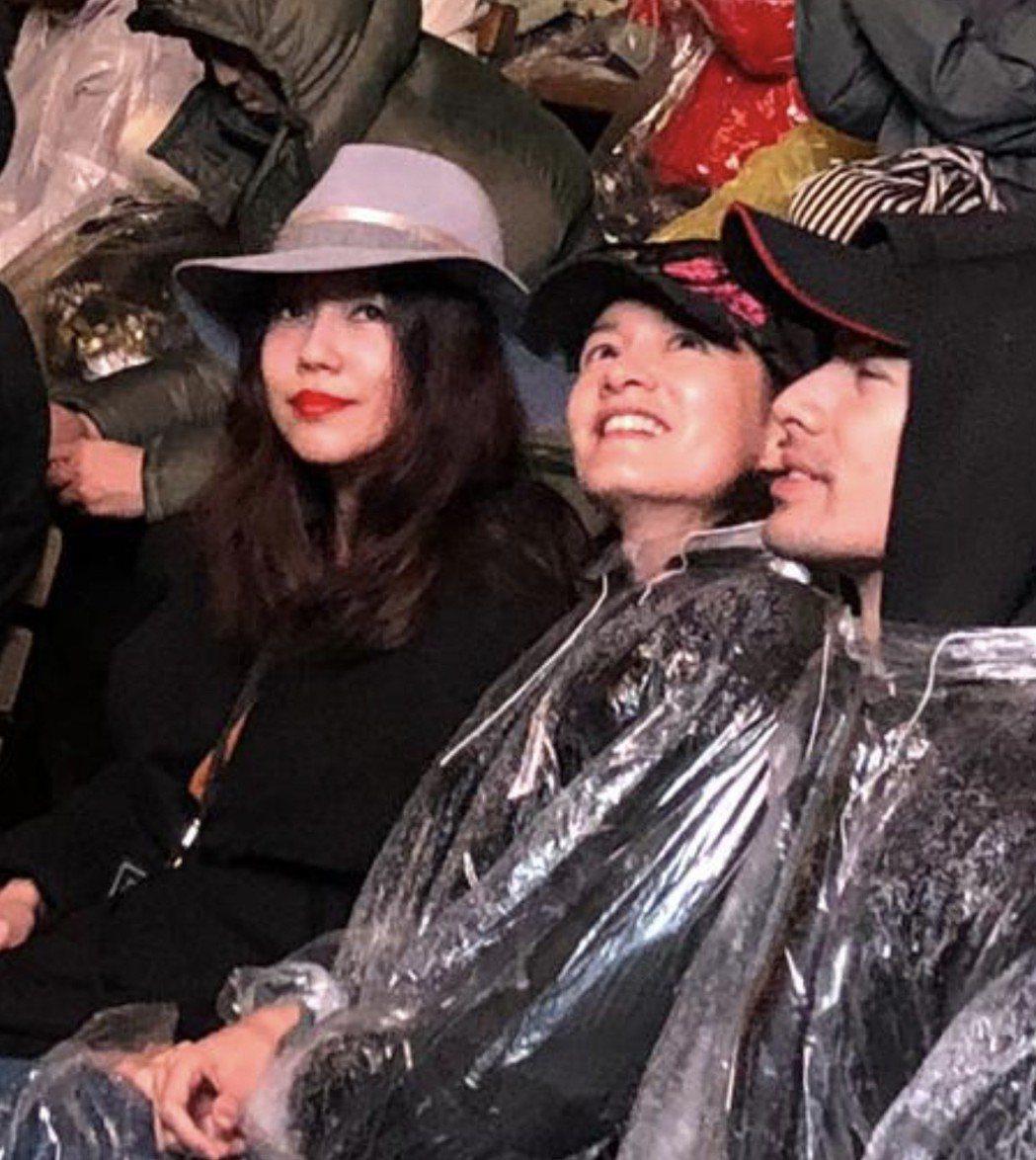 李靚蕾(左起)和Janet、George夫婦坐在VIP區。圖/讀者提供