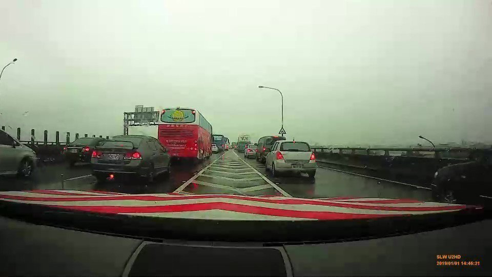 負責開道的紅斑馬在國5上一路鳴笛奔馳,還用廣播提醒一旁車輛讓道,就怕耽誤了器官捐...