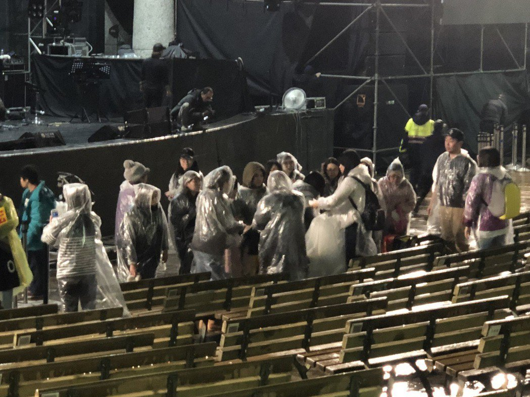 歌迷拿著垃圾袋幫忙撿垃圾。記者林士傑/攝影