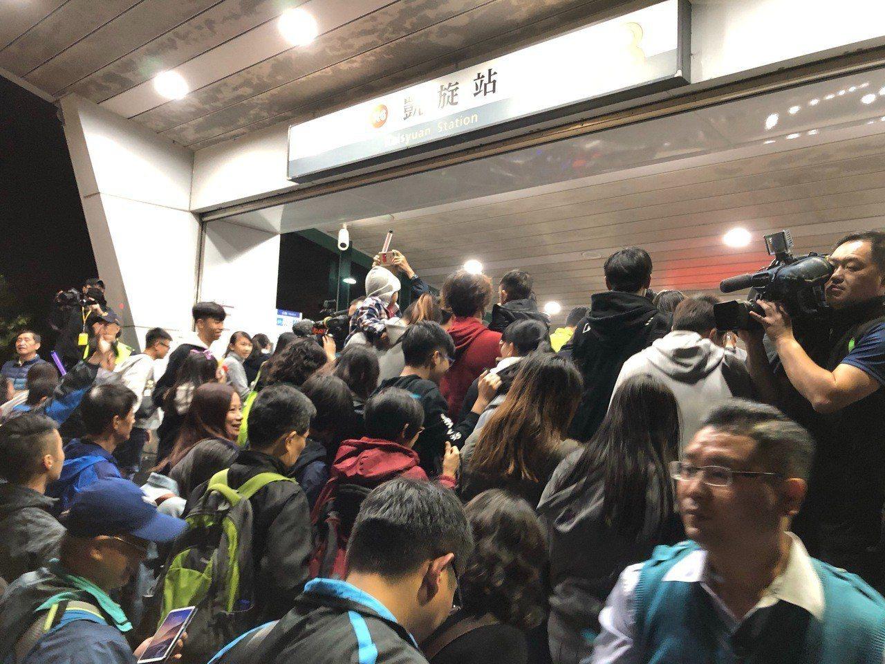 高雄捷運昨天全天運量不到40萬人次,夢時代跨年派對聲稱吸引80萬人次,高市府強調...