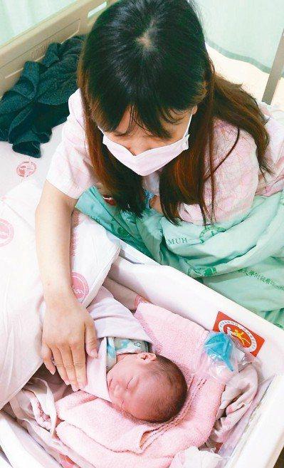 鄭姓產婦在元旦凌晨0時4分產下元旦寶寶,她很開心「女兒生日特別好記」。 記者趙容...