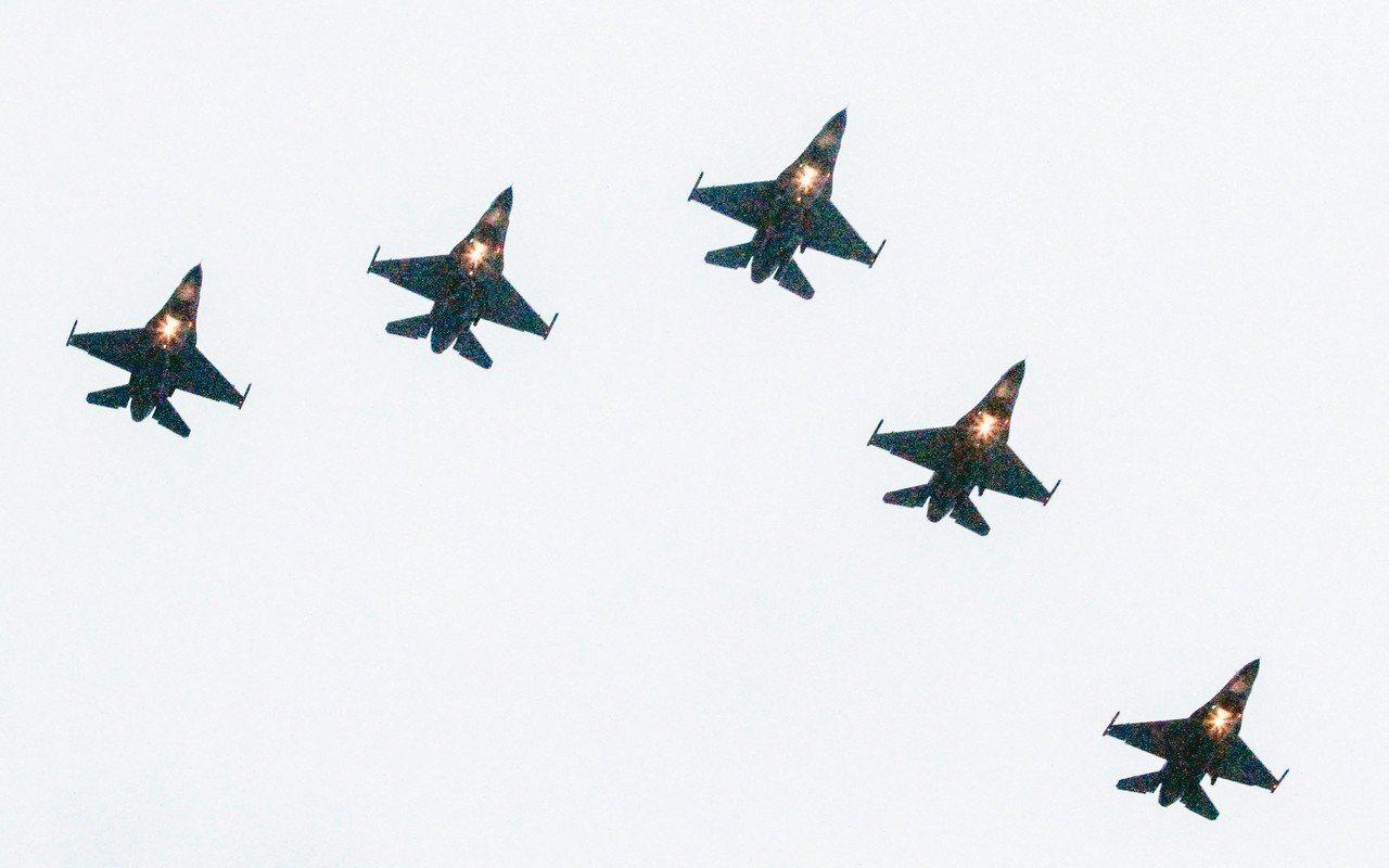 F-16戰機昨飛過七星潭上空。 記者蔡翼謙/攝影