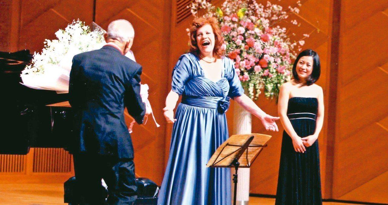 大提琴女神瓦列芙斯卡(中),每次演出都展現不同的樂曲生命力與張力。 圖/聯合數位...
