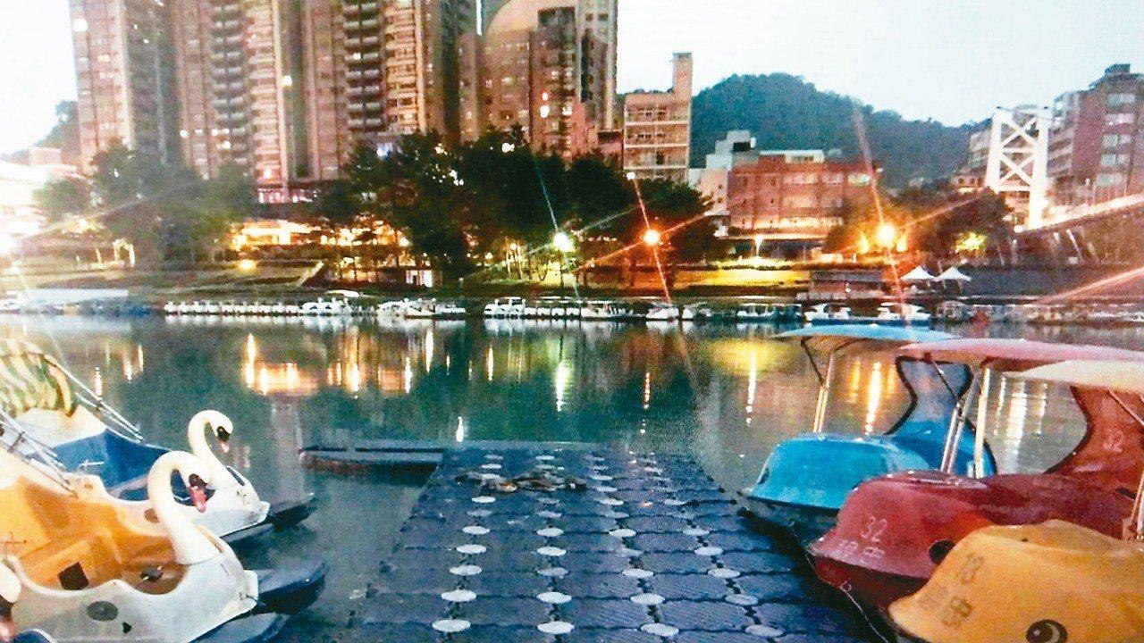 陳姓少年跨年夜想在碧潭天鵝船上拍照,不幸溺斃身亡。 記者袁志豪/翻攝