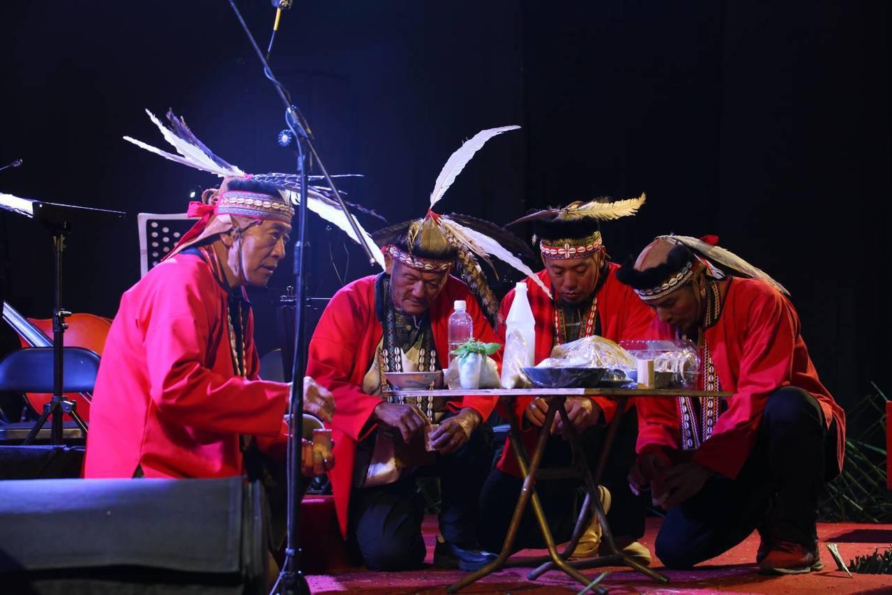 鄒族長老們用傳統儀式為大家新的一年祈福。記者謝恩得/翻攝