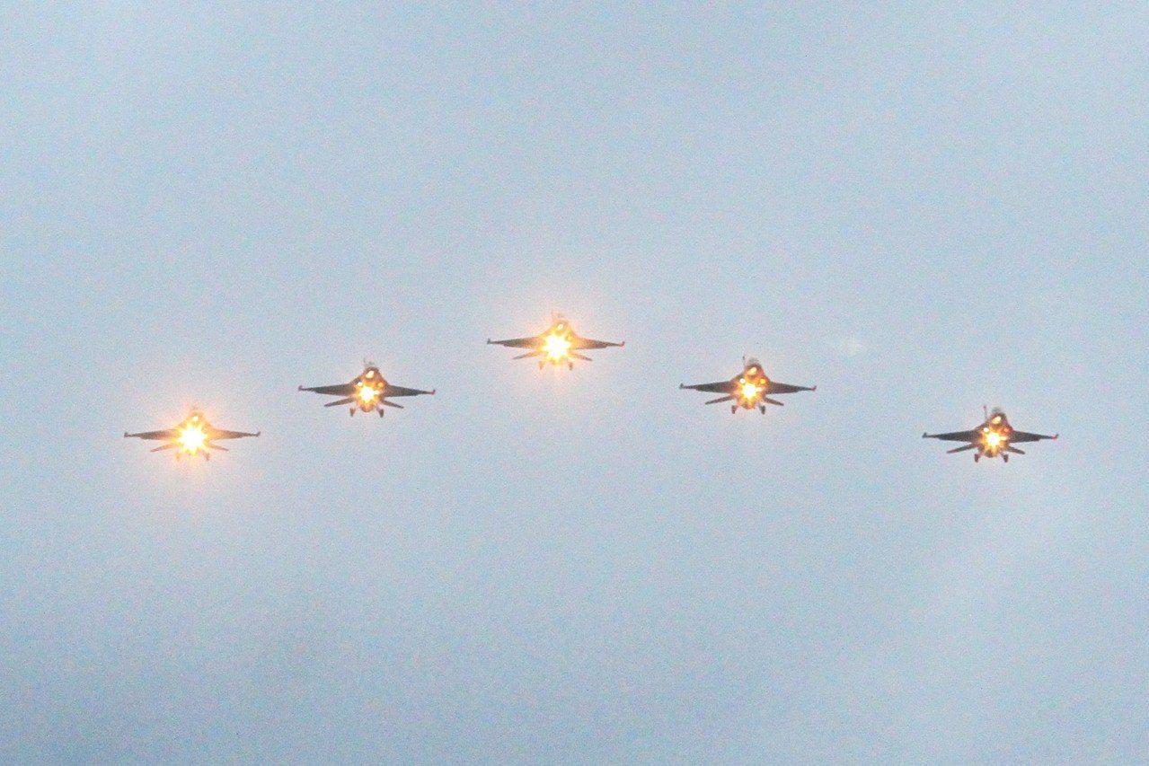 五架空軍第五聯隊F16戰機昨天清晨以「大雁隊形」低空飛過七星潭上空。記者蔡翼謙/...