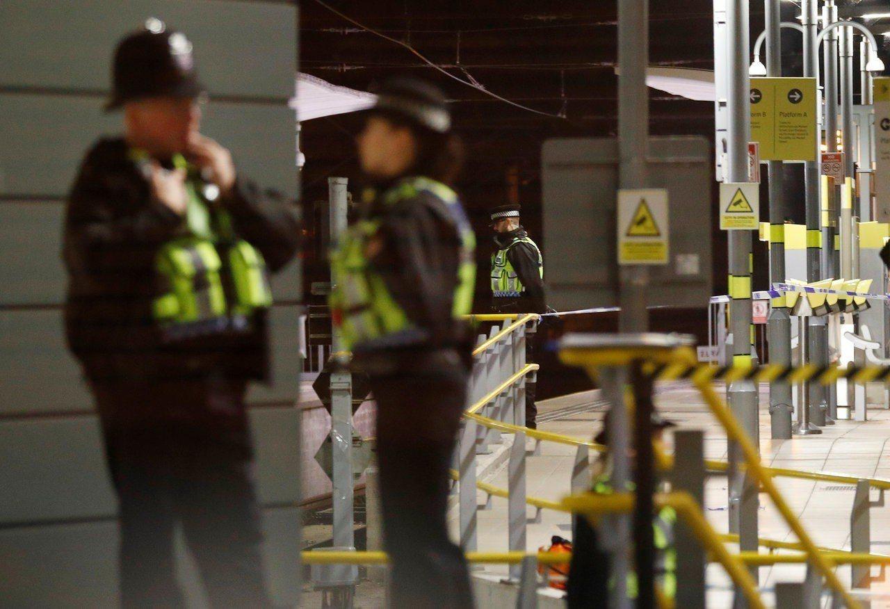 警察一日在曼徹斯特維多利亞火車站月台附近戒備。 (路透)