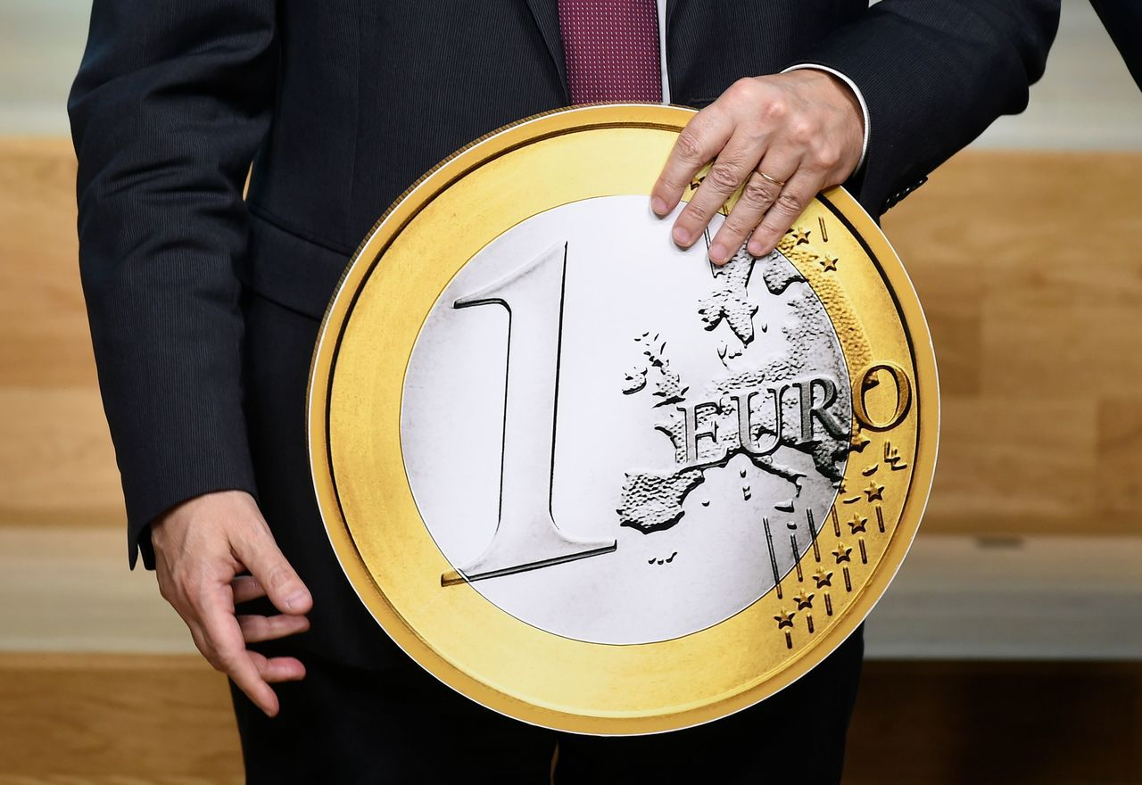 一日是歐元啟用滿廿年,圖為歐洲央行打造的一歐元硬幣大模型,作為慶祝之用。 (法新...