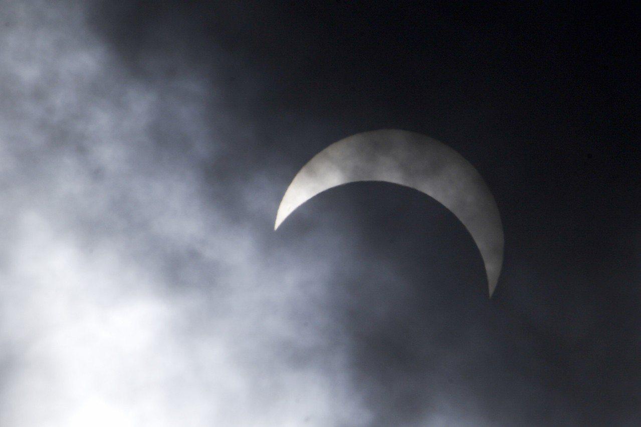 中央氣象局表示,1月6日下周日上午將發生今年第1次日食現象,嘉義至台東連線以北地...