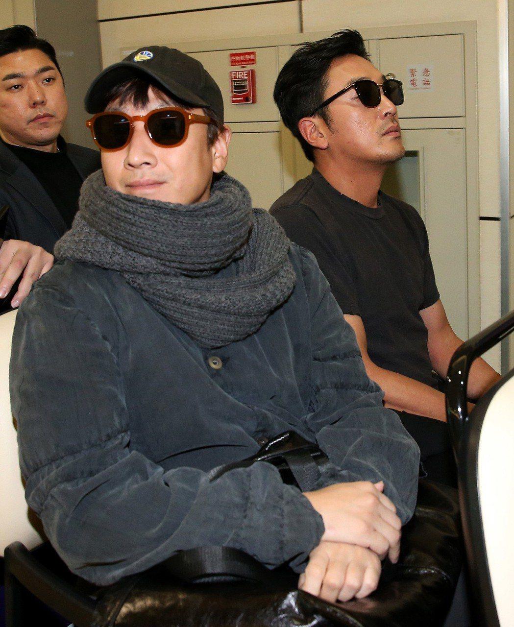南韓影帝河正宇(右)及李善均(左)搭機抵達桃園機場。記者陳嘉寧/攝影